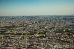 地平线、大厦和荣军院圆顶在一个晴天,看从艾菲尔铁塔上面在巴黎 图库摄影