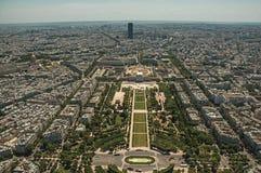 地平线、战神广场公园和大厦在蓝天下,看见从艾菲尔铁塔上面在巴黎 免版税库存照片