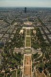 地平线、战神广场公园和大厦在蓝天下,看见从艾菲尔铁塔上面在巴黎 库存照片