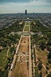 地平线、战神广场公园和大厦在蓝天下,看见从艾菲尔铁塔在巴黎 免版税库存图片