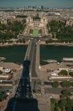 地平线、河塞纳河有小船的, Trocadero和艾菲尔铁塔阴影在蓝天下在巴黎 库存照片