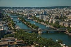 地平线、河塞纳河桥梁和大厦在蓝天下,看见从艾菲尔铁塔在巴黎 免版税库存照片