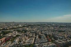 地平线、河塞纳河,绿叶和大厦在蓝天下,看见从艾菲尔铁塔在巴黎 免版税库存照片
