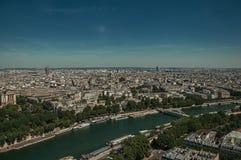 地平线、河塞纳河,绿叶和大厦在蓝天下,看见从艾菲尔铁塔在巴黎 库存照片