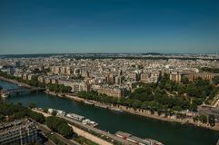 地平线、河塞纳河,绿叶和大厦在蓝天下,看见从艾菲尔铁塔在巴黎 库存图片