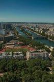 地平线、河塞纳河,绿叶和大厦在蓝天下,看见从艾菲尔铁塔在巴黎 免版税图库摄影