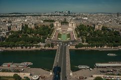 地平线、河塞纳河, Trocadero和大厦在蓝天下,看见从艾菲尔铁塔在巴黎 库存图片
