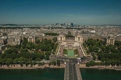 地平线、河塞纳河, Trocadero和大厦在蓝天下,看见从艾菲尔铁塔在巴黎 免版税库存图片