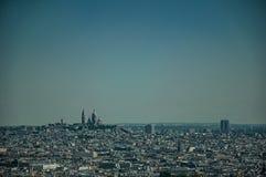 地平线、Sacre-Coeur大教堂和大厦在蓝天下,看见从艾菲尔铁塔在巴黎 免版税库存图片