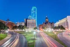 地平线和光在达拉斯, Tex落后在Dealey广场的交通 免版税图库摄影