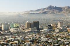 地平线和街市埃尔帕索看往华雷斯,墨西哥的得克萨斯全景  免版税库存图片