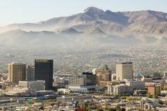 地平线和街市埃尔帕索看往华雷斯,墨西哥的得克萨斯全景  免版税库存照片