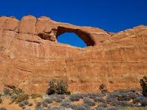 地平线曲拱在中午 库存照片