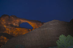 地平线曲拱在晚上默阿布犹他 库存照片