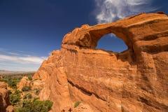 地平线曲拱在犹他,观看在一个晴天 库存图片