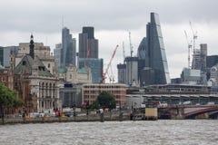 地平线有摩天大楼和起重机的伦敦市在财政 库存照片