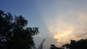 地平线混合在everning的颜色sunsine 库存照片