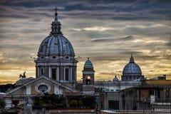 地平线罗马,圆顶和纪念碑 日落 意大利 免版税库存图片