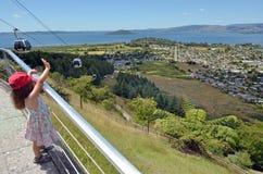 地平线长平底船空中览绳在罗托路亚-新西兰 图库摄影