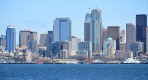 地平线从Bainbridge海岛轮渡采取的西雅图 免版税库存图片