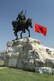 地拉纳、阿尔巴尼亚、斯甘德伯纪念碑和国旗 库存照片
