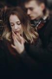 轻轻地拥抱在秋天公园的时髦的行家夫妇 Fashionabl 免版税库存照片