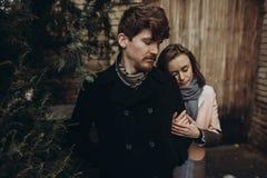 轻轻地拥抱在秋天公园的浪漫时髦的夫妇 人和w 图库摄影