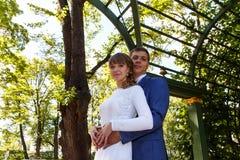 轻轻地拥抱的新娘和新郎在s的步行期间 库存图片
