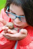轻轻地拿着锅牛的微笑的小女孩 免版税库存照片