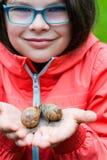 轻轻地拿着锅牛的微笑的小女孩 库存照片