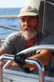 地方上尉租赁他们的帆船给带领他们的游人一条惊人的小船旅行 免版税库存照片