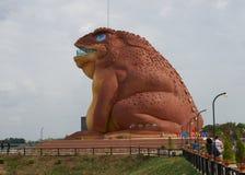地方人民和游人参观新的公开地标(Pha Ya坎市Kark或蟾蜍国王雕象) Yasothon,泰国 库存图片