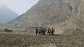 地方农夫在尼泊尔运载在头的重的柳条筐 马纳斯卢峰地区 股票视频
