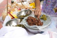 地方卖主做与甜辣椒酱的炒饭油炸马铃薯片在Phra Athit路,曼谷,泰国 免版税库存照片