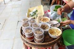 地方卖主做泰国新鲜的叶子被包裹的位规模开胃菜,在bangrak,曼谷,泰国的Miang西康省 免版税库存照片