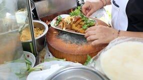 地方卖主做泰国豆腐春卷在Udom Suk市场,曼谷,泰国上 库存图片