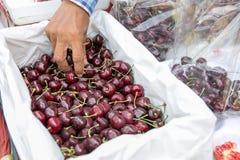 地方卖主出售新鲜的成熟樱桃在轰隆Lampu市场,曼谷,泰国上 图库摄影