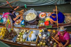 地方卖主在一个浮动市场上在泰国 图库摄影