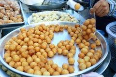 地方卖主组装泰国油煎的白薯球, Khanom Khai Nok Kratha泰国街道食物 免版税库存图片