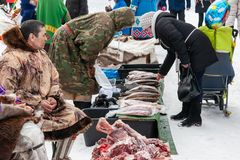 地方土人卖莓果、鹿,鱼肉和皮肤  库存图片