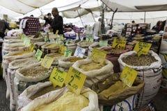 地方土耳其义卖市场在伊斯坦布尔 免版税图库摄影