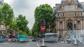 地方圣米歇尔街道视图有古老喷泉timelapse的,巴黎 股票录像