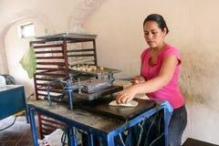 地方妇女做家由在smal的玉米面团做了玉米粉薄烙饼 库存照片