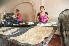 地方妇女在一个小面包店在圣J做家做了玉米粉薄烙饼 免版税库存图片