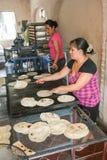 地方妇女在一个小面包店在圣J做家做了玉米粉薄烙饼 免版税库存照片