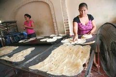 地方妇女在一个小面包店在圣J做家做了玉米粉薄烙饼 库存图片