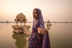 地方妇女在Gadisar湖 图库摄影