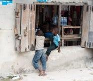 地方孩子在桑给巴尔,使用在商店附近 图库摄影