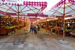 地方提供新鲜的地方被种植的水果和蔬菜在市场上的生产商和客商 库存图片