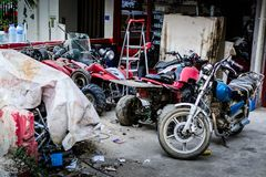地方摩托车维修车间在Cinarcik 库存照片